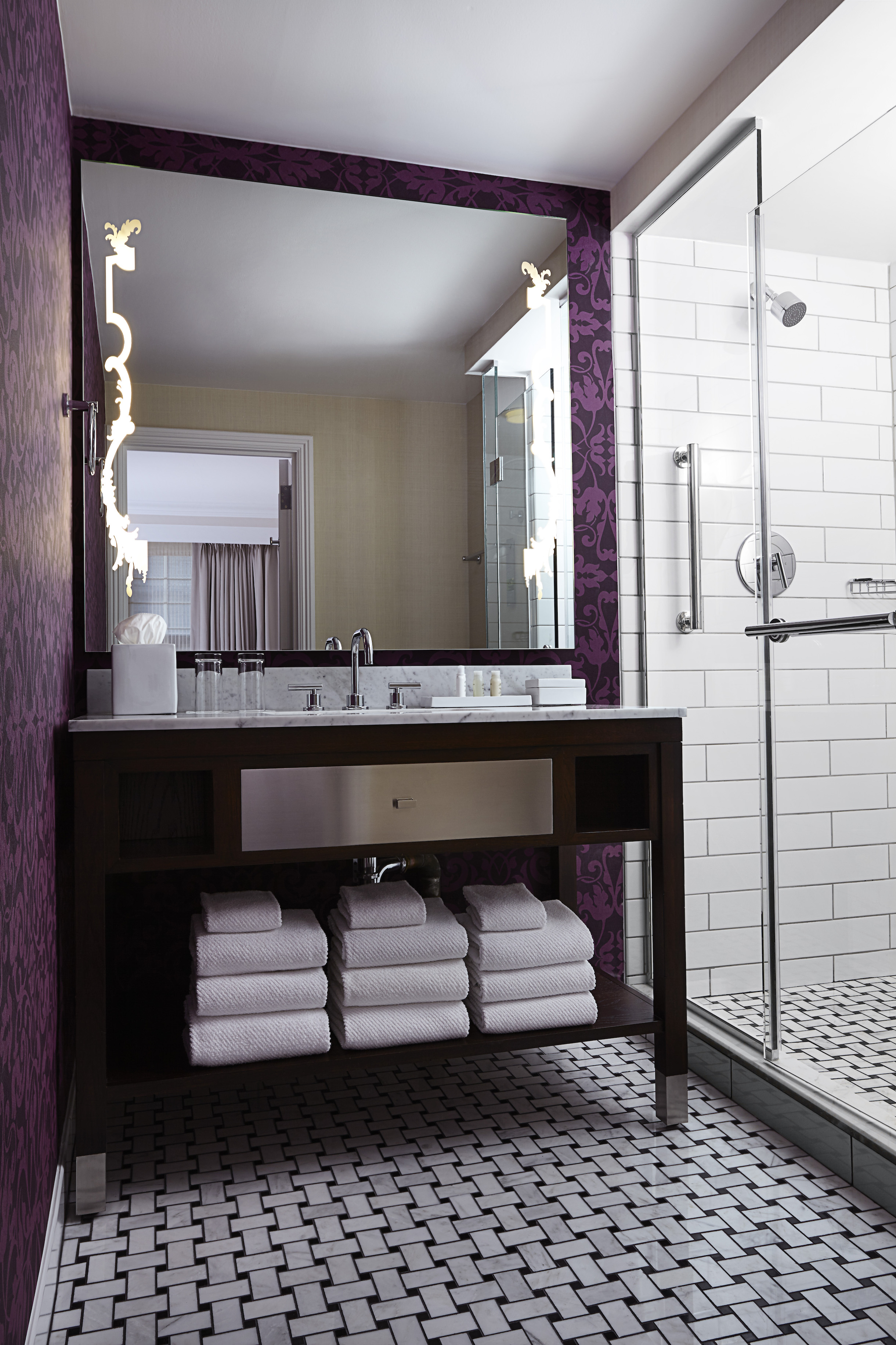 The Mayflower Hotel guest bathroom