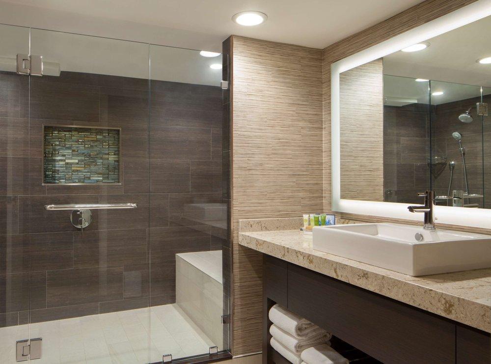 Hilton Tampa Airport Westshore guest bathroom